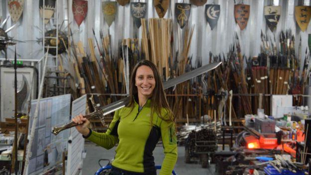 زن استرالیایی که برای 'بازی تاج و تخت' شمشیر و تیر میسازد
