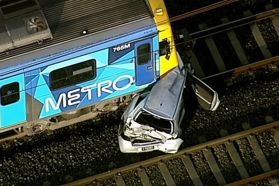 تصادف شدید قطار با دو خودرو در ملبورن