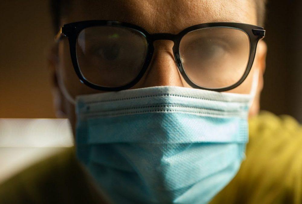 چطور وقت ماسک زدن مانع بخار گرفتگی شیشه عینک شویم؟