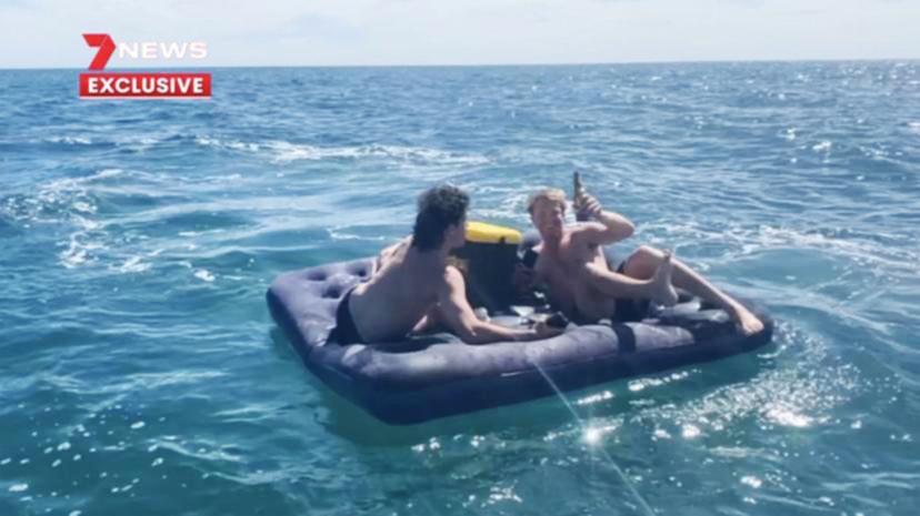 نجات دو جوانی که در اقیانوس سرگردان شده بودند