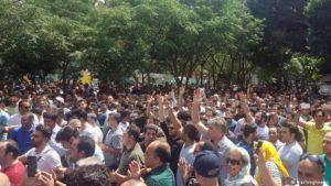تجمع و راهپیمایی بازاریان تهران در اعتراض به افزایش قیمت ارز