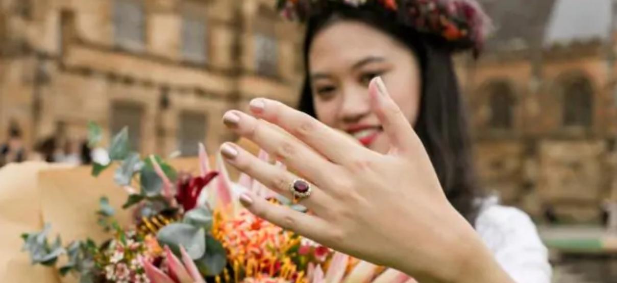 زن استرالیایی با مدرکش ازدواج کرد