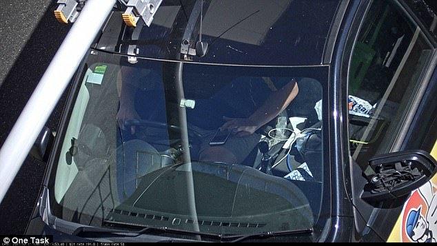 استفاده از سیستم هوشمند برای جریمه رانندگان گوشی به دست