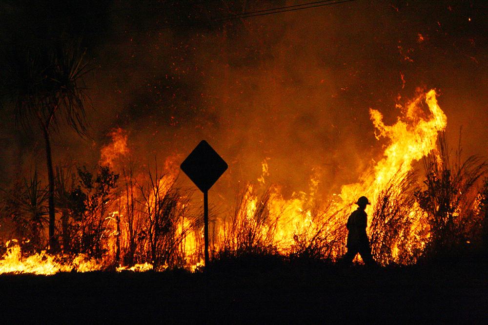 برای خاموش کردن آتش، آتشنشانان کانادایی کریسمس را در استرالیا می گذرانند