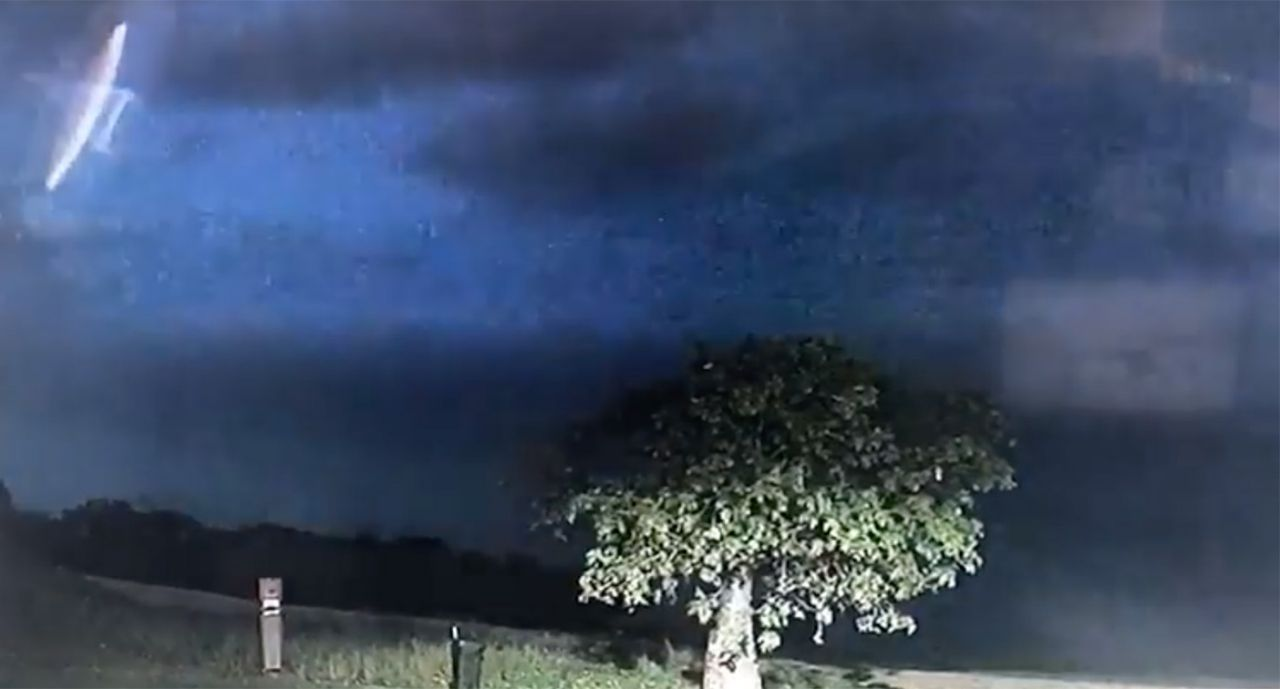 پدیدار شدن یوفو در آسمان پس از وقوع صاعقه